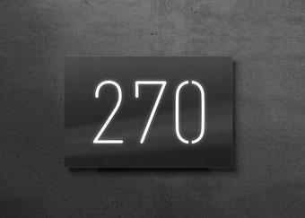 Beleuchtete Hausnummer 270, Nachtansicht
