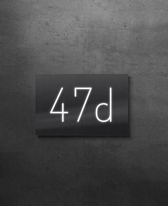 Beleuchtete Hausnummer 47d, Nachtansicht