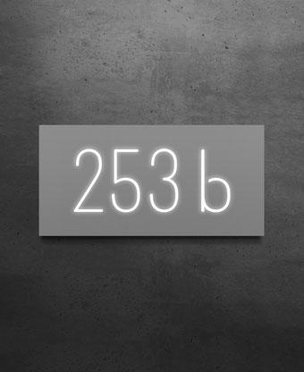 Beleuchtete Hausnummer 253b, Nachtansicht