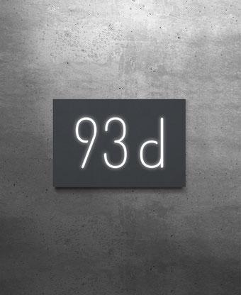 Hausnummernschild dreistellig, aus Edelstahl oder Aluminium