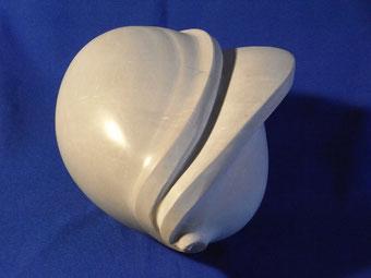 Knospenartige Form aus grauem Marmor.