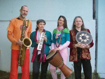 Jochen Roddewig (Saxophone), Ute Reisner (Altsaxophon, Melodica), Karin Huttary (Perkussion, Sansula), Rigulf Nemitz (Flöte, Gongs, Steeldrum)