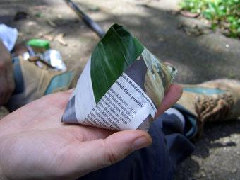 バナナの葉と新聞紙でくるんだナシ・レマック