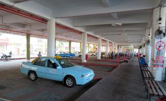 タクシースタンドはバスターミナルと同じ建物の中。