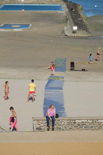 Mathieu Guillochon, photographe, couleurs, Binic, côtes d'Armor, marée basse, piscine d'eau de mer, jeux, enfants, sauveteur, femme qui attend, algues vertes.