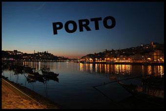 Porto Portugal bei Nacht Blick auf den Rio Douro