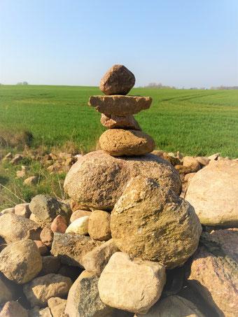 Ich habe mich neulich mal mit diesem Steinhaufen identifiziert. Das war sehr interessant! Probieren Sie es doch auch einmal aus... Sie werden spannende Dinge über sich erfahren! Mit Kindern macht diese Übung übrigens auch viel Spaß - garantiert!