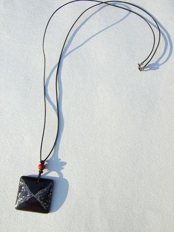 黒い牛革の紐、もしくは黒い水牛の紐の二種類。それに赤うるしの玉。