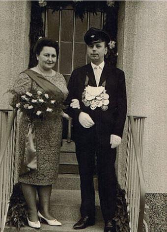 Oskar & Änne Schödl vor dem Königskranz im Jahr 1964