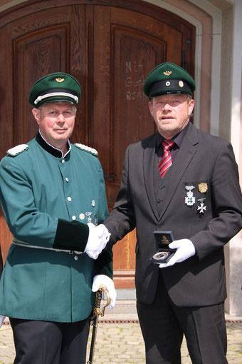 Major Heinz Schröder & König Ulrich Grebe mit neuem Orden