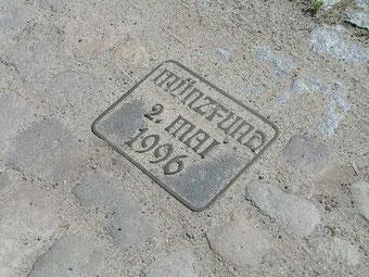 Metallplatte, direkt an der Stelle des Fundes, durch die Herzberger Münzfreunde in der Dorfstraße verankert