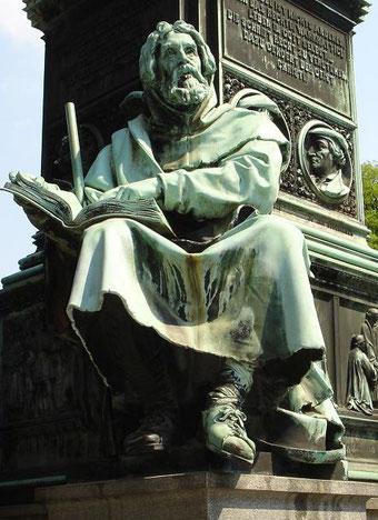 Le mouvement vaudois est né aux en 1170 à Lyon. Un riche bourgeois de cette ville, Valdès avide de savoir, paye deux moines pour lui traduire du latin de larges extraits de la Bible en sa langue maternelle, le franco-provençal. Cela va changer sa vie.