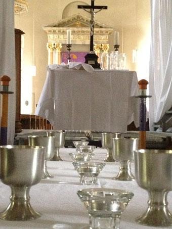 …werden Tische aufgestellt.