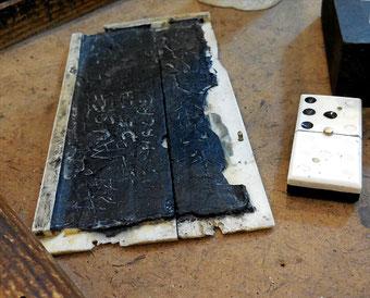 Tablette à écrire, cire sur os / Photo J. H - Amis Musée