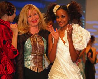 Nanna Kuckuck Sara Nuru, weiße Abendkleider, Brautmode, Abendrobe drappiert, Hochzeitsrobe