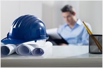 Bauingenieur im Hintergrund arbeitet an Projekten