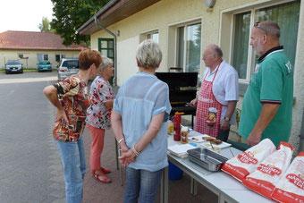 Zum Sommerfest gehört die frisch gegrillte Bratwurst
