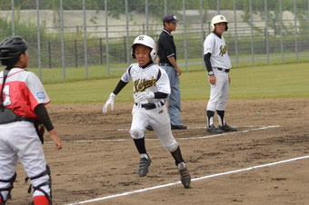 第2戦の2回、軸丸の中犠飛で三塁走者の平田がホームイン