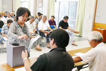 八重山古典音楽コンクールの演奏順、課題曲抽選が行われた=18日午後、真栄里公民館