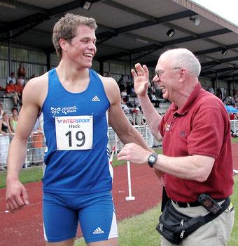 Trainer Hermann-Josef (Mecky) Emmerich und sein erfolgreicher Schützling und mehrfacher Deutscher Meister Daniel Schnelting freuen sich beim Meeting 2005 im heimischen Stadion über den 200-m-Sieg.