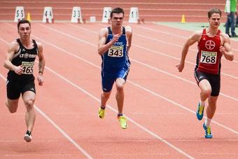 6,95 Sekunden über 60m bedeuteten für Simon Heweling (Mitte) NRW-Titel und DM-Norm. (Foto: Roman Buhl)