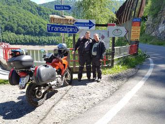 Trans Alpina an einem kleinen Stausee