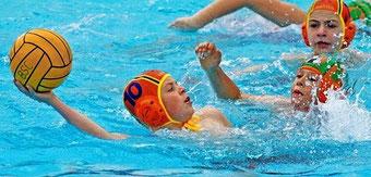 Beim Wasserball lernen Kinder und Jugendliche besser zu schwimmen und sich im Wasser zu behaupten. Hier hat Vincent Hartwig vom BSC den Ball im Spiel gegen Rostock.