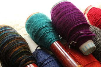 Wollieferung vom Mellerschten Schafhof auf Spulen, ökologische Wolle für ritsch-ratsch