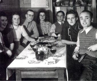 Fröhliche Geburtstagsrunde in der Derdinger Rose ca. 1955
