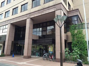 ☆国立市社会福祉協議会のある3階建てのくにたち福祉会館正面入り口。