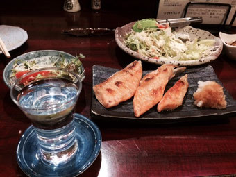 ☆写真の酒は澤ノ井の大辛口。肴は鮭のハラス焼き。奥は野菜サラダ。