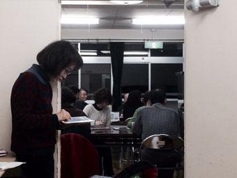 ☆写真は講師控室で見学中のH.T様約2時間立ちっぱなし。ご熱心です。