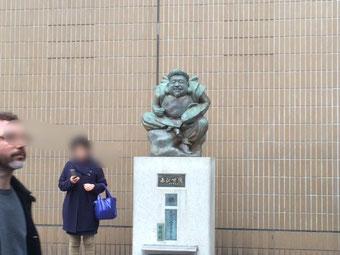 ☆先週の10日(金)にJR恵比寿駅右横で見かけました。駅舎改築前はロータリーに面して改札口の左側でしたが場所が変わってずいぶん大きく大きく成長されました。記憶では半分ぐらい?