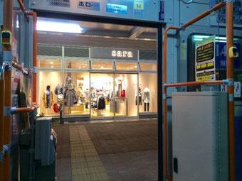 ☆武蔵小金井駅構内西側の高架下にしゃれた商店街ができました。nonowa(ののわ)西側。バスの中から撮影。