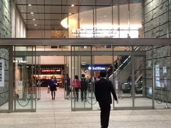 ☆東京汐留ビルの地下1階入口。エスカレーターを上ると受付がある1階。