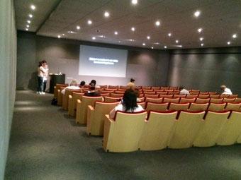 ☆80人収容のシアター。講座が終って前方ではQ&A。