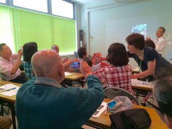 ☆NPO法人栃木県シニアセンター様のiPhone講座風景。皆さんiPhoneで写真撮影中。