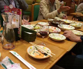 ☆打ち上げは近くの「サイゼリア」。酒は赤ワイン。料理はいろいろ。@800円/名。シニアにやさしい料金。