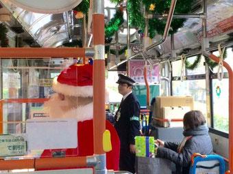 ☆今年も歳末恒例の土日限定のサンタクロースの乗車。ソーシャルビジネス登竜門CROSS POINTの二次審査(4時半)に向かうバスの中。