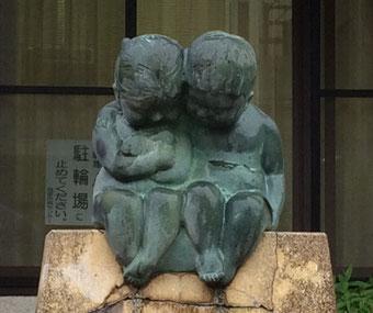 ☆写真は小川西町公民館入口右側のお子さんの銅像。