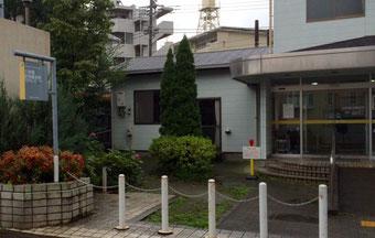 ☆会場の六所橋集会施設の正面入り口。左に看板、見えにくいですが…。