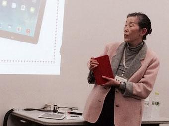 ☆点滅する画面を眺めている案内役の生田 美子主任講師さん。困った!