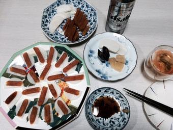 ☆写真左側の大皿にのせてあるのが大根の上にのせたからすみ。痛風には良くないでしょうが珍味です。「おいしいものには毒がある。」ですね。