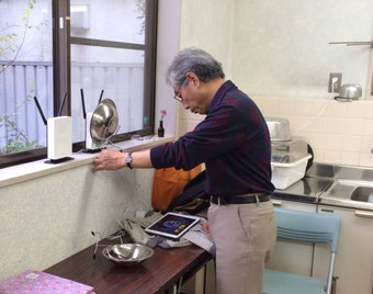 ☆無線の早さをスピードメーターで計測中の田村徹さん。