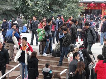 Der Bahnhof in Fuzhou. Meistens überfüllt. Tausende Chinesen, ein Weißer (ich), kein Schwarzer. Normalität sogar in der Provinzhauptstadt. Ausländer sind hier auch Mangelware.