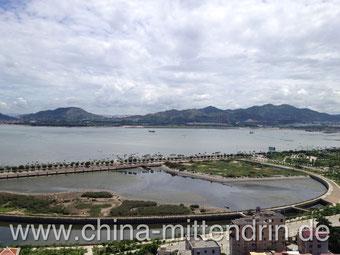 Der Blick vom Balkon im 18. Stock auf die Mündung des Drachenflusses in Xiamen. Wer so weit oben wohnt, braucht an der Küste wirklich keine Klimaanlage.