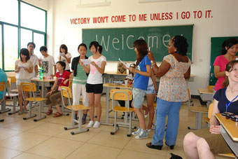 Besuch in einer kleinen Uni. In China werden immer und überall Busse voll Ausländer durch die Pampa gefahren, um ihnen die neuesten Schulen, Universitäten oder Fabriken vorzustellen. Herzlicher Empfan