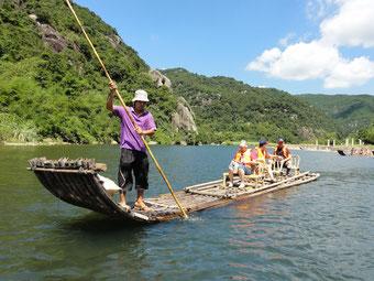 Eine Floßfahrt in Nord-Fujian, wirklich malerisch. Die Flößer verdienen ungefähr 50 Mal so viel wie sie vorher verdient haben, als sie noch Bauern waren. Tourismus lohnt sich weit mehr als Landarbeit.