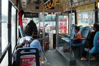 Ein Bus und ein Ausländer: ich. Normalität im Alltag in der Provinz. Ausländer sind die absolute Ausnahme fernab der Megastädte, der Prestige-Universitäten und der Wirtschaftszentren.