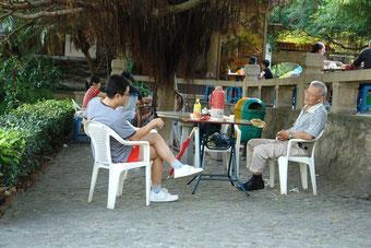 Eine Tee-Runde im Park am Nachmittag. Ausländer müssen hier leider draußen bleiben. Während dieser Gespräche geht es um wichtige familiäre oder geschäftliche Zukunftspläne.